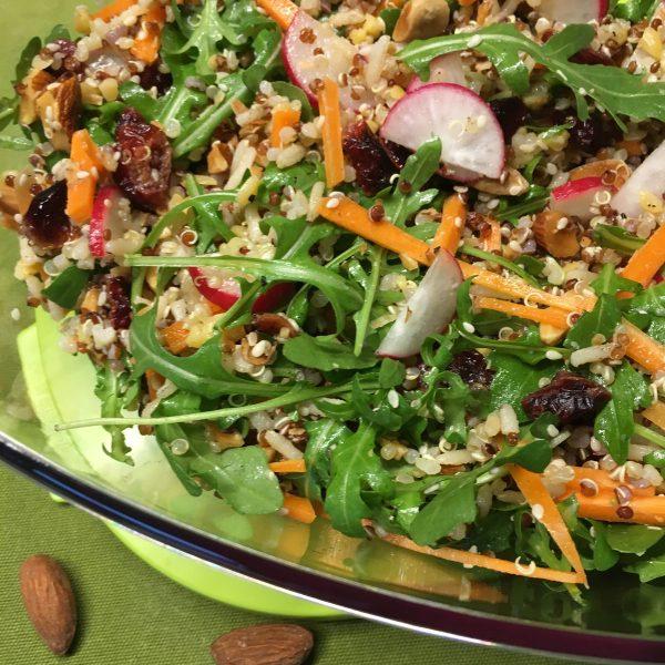 Quinoa met geroosterde noten, radijs, wortel en cranberry
