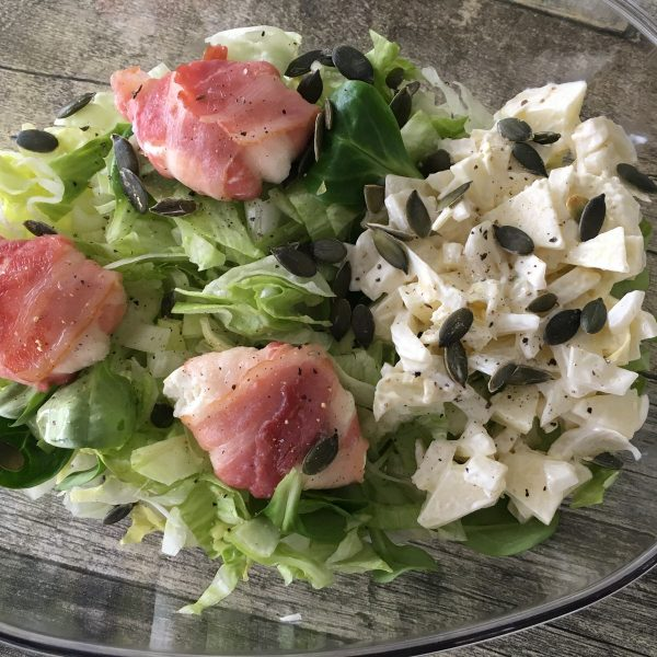 Salade met geitenkaas in spek en witloof – appel slaatje